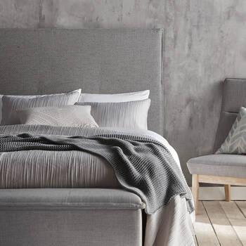 ensembles de couvre lits con us au canada pour chambre coucher moderne. Black Bedroom Furniture Sets. Home Design Ideas