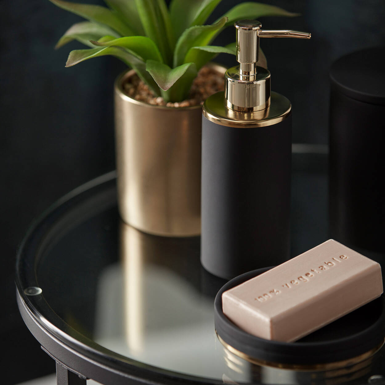 Distributeur de savon avec finition en caoutchouc