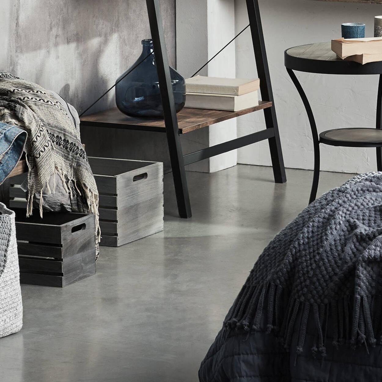 grande caisse en bois avec tableau noir. Black Bedroom Furniture Sets. Home Design Ideas