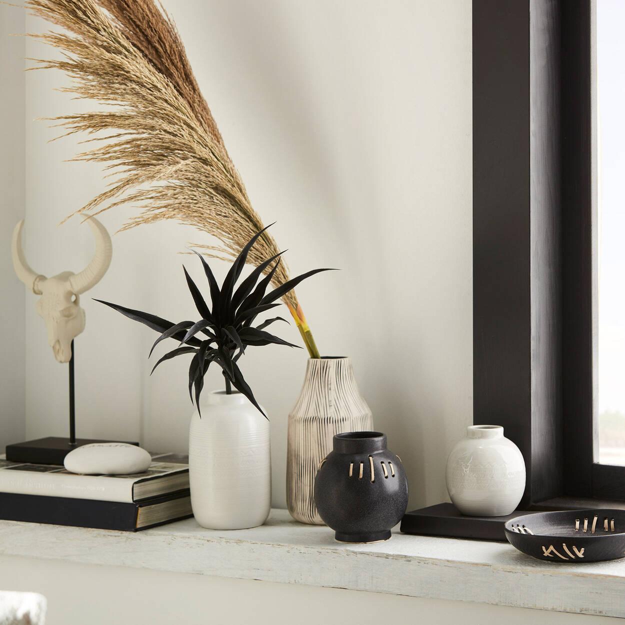 Vase en céramique noire et bordure en rotin