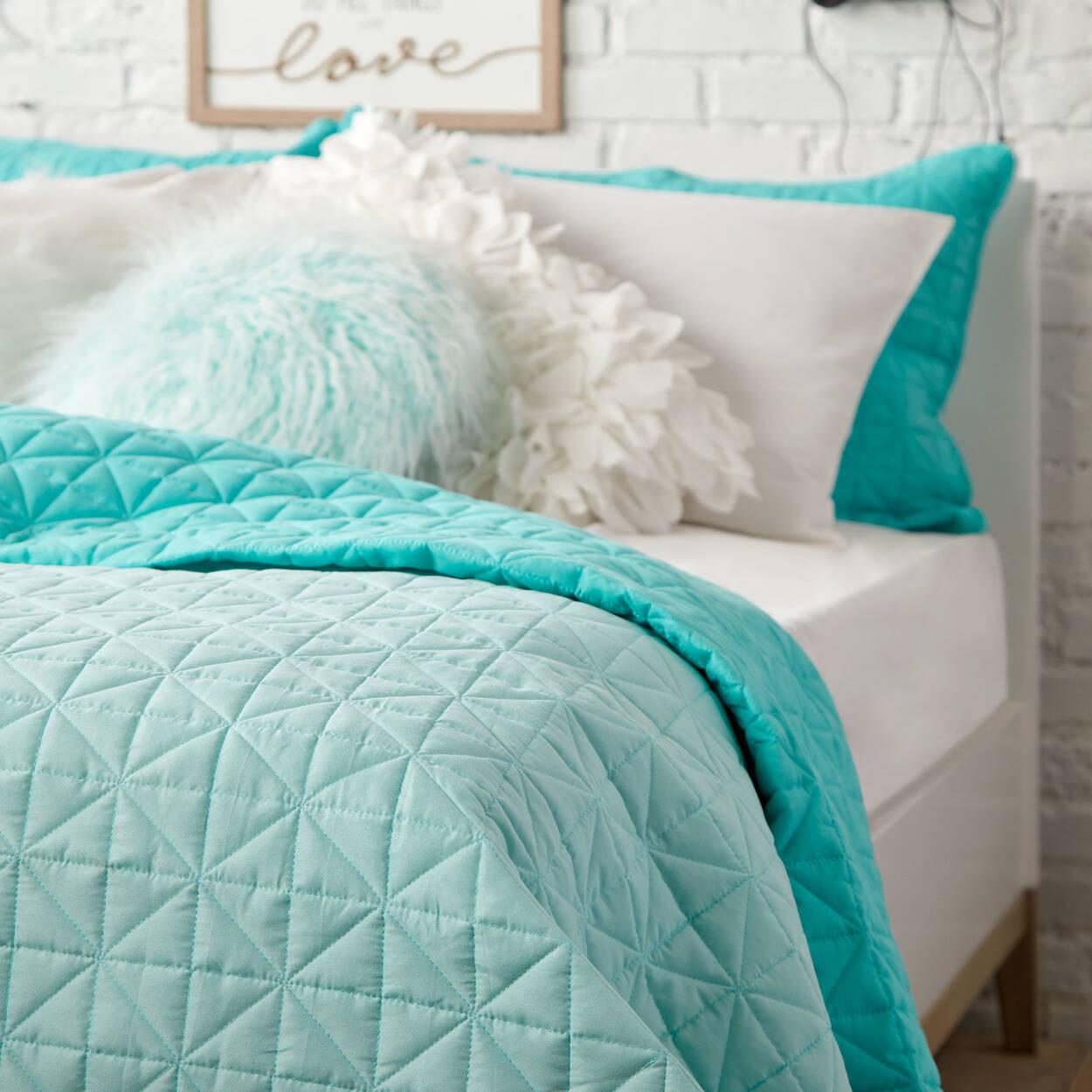 collection isle ensemble de couvre lit r versible. Black Bedroom Furniture Sets. Home Design Ideas