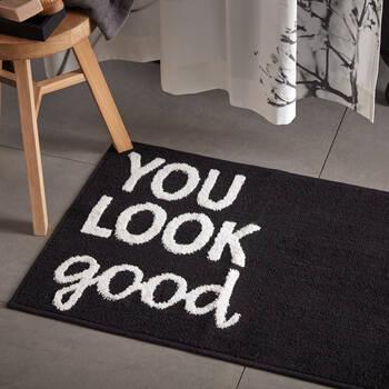 Tapis de bain noir avec typographie You Look Good