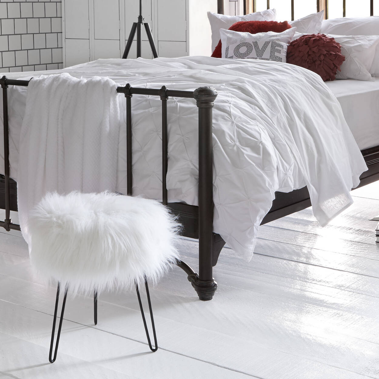 tabouret en fausse fourrure. Black Bedroom Furniture Sets. Home Design Ideas