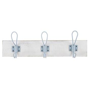 Ensemble de trois crochets en métal sur planche de bois