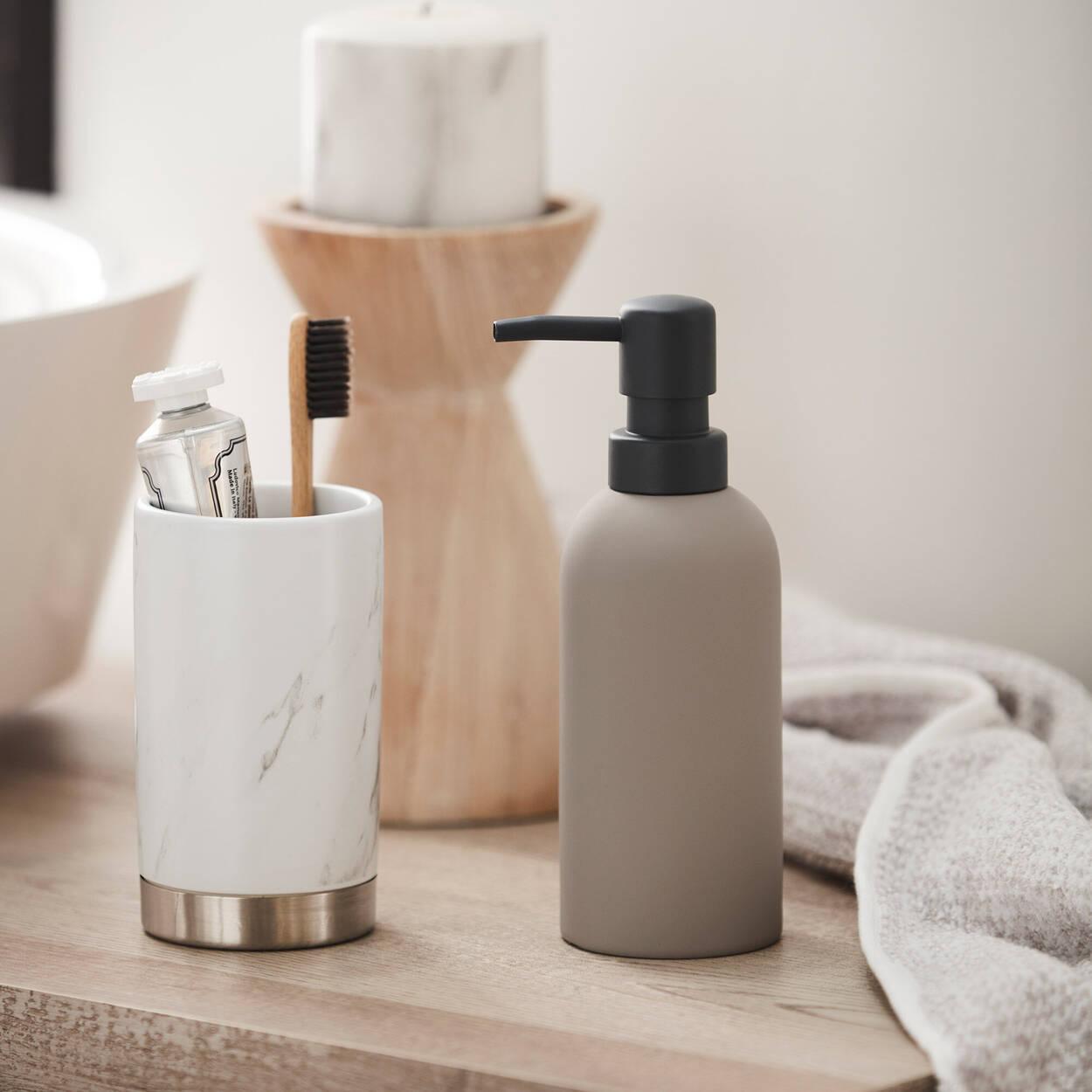 Distributeur de savon avec fini en caoutchouc
