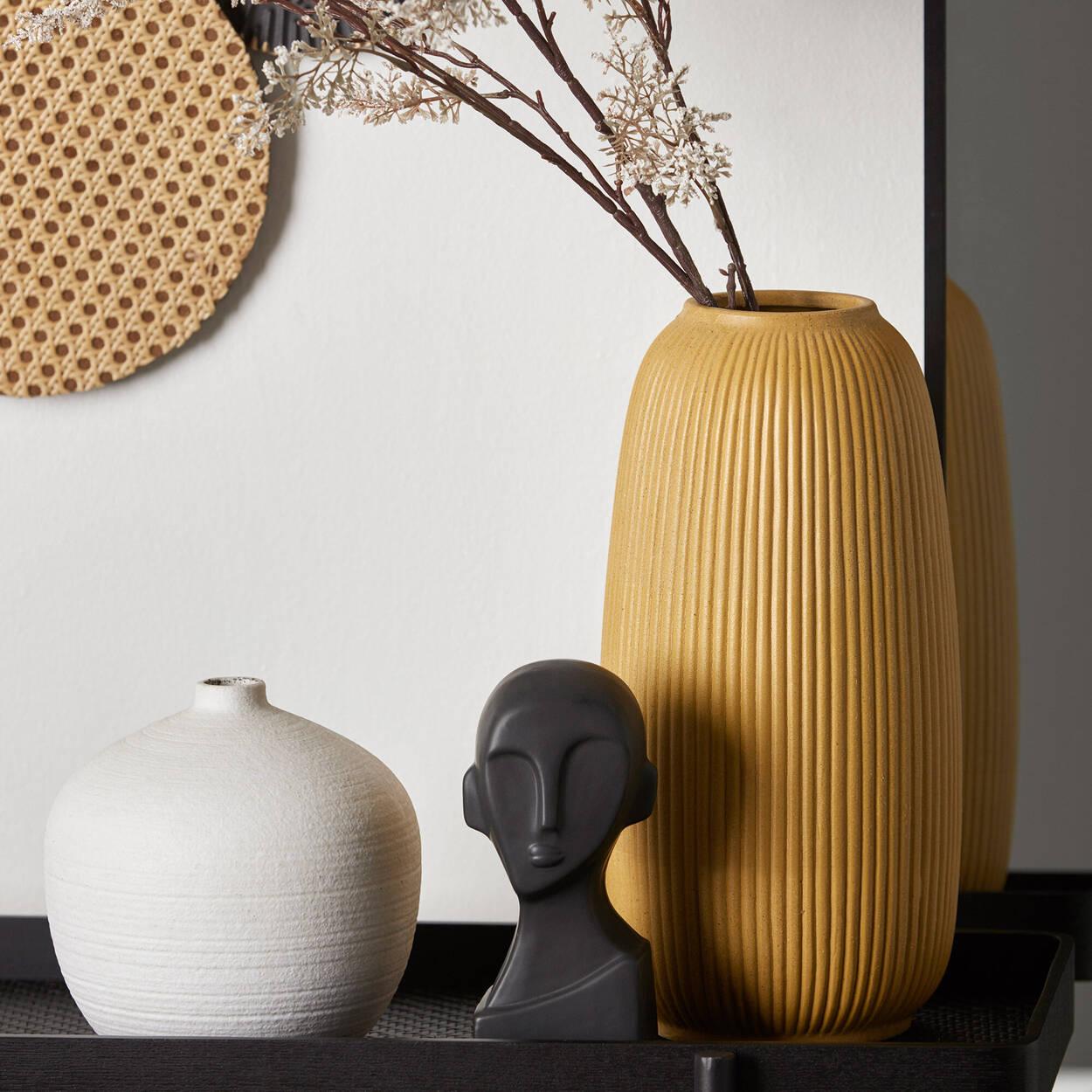 Vase en céramique jaune à rayures texturées