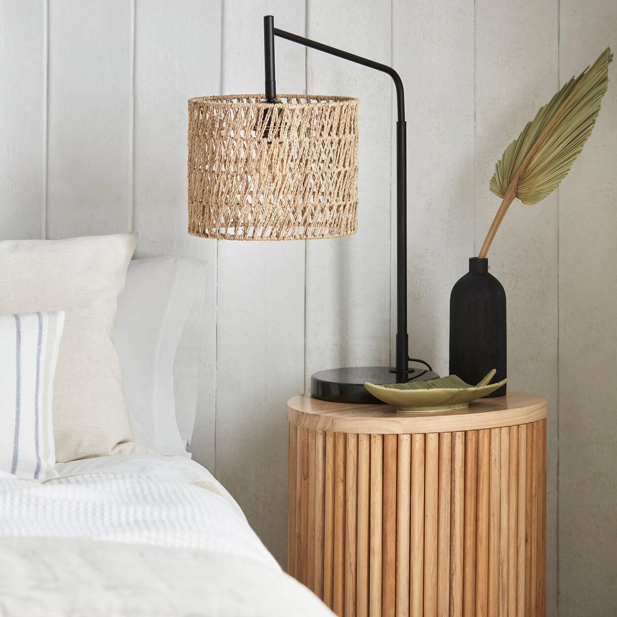 Lampe de table avec abat-jour en rotin et base en marbre
