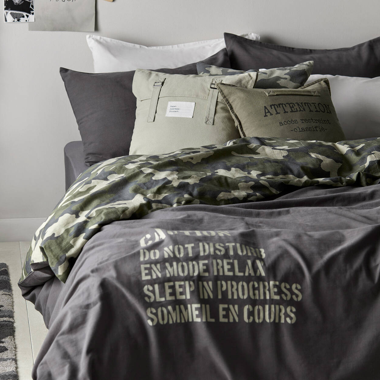 "Attention accès restreint Decorative Pillow 18"" x 18"""